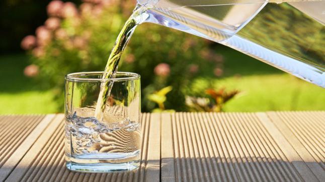 هل شرب الماء البارد ضار؟.. نريد الجواب من تجربة الأطباء تابعونا …