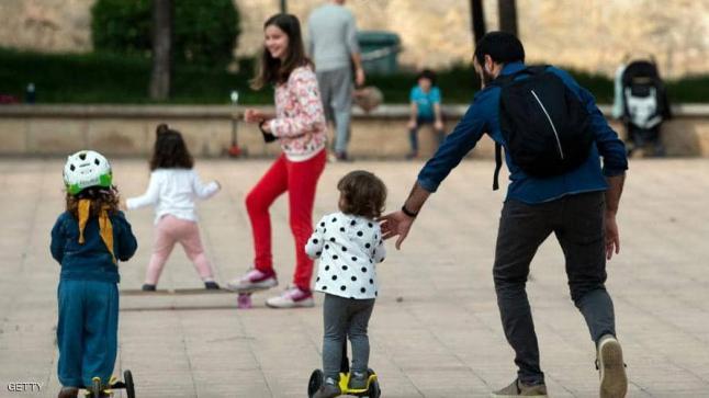"""أطفال إسبانيا يودعون """"حجر كورونا الصارم"""