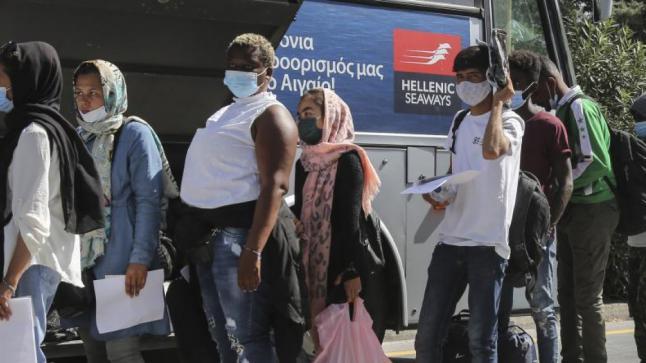 اليونان…مهاجرون من ليسبوس ينتقلون إلى البر اليوناني