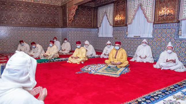 """الملك يؤدي """"صلاة العيد"""" وينحر الأضحية في إقامته بالمضيق"""