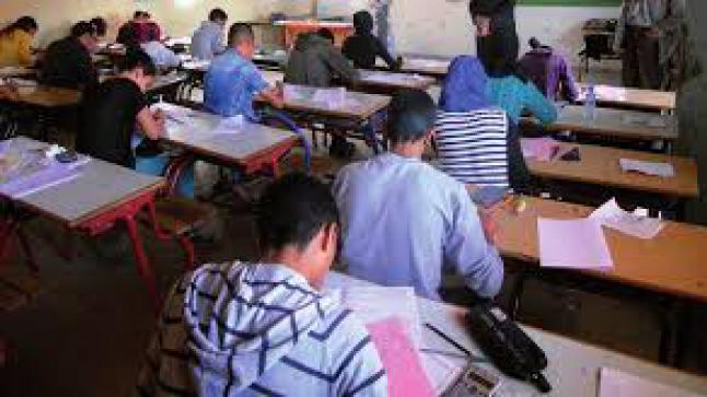"""وزارة التربية الوطنية: تخيّر التلاميذ بين الحضور والتعليم عن بعد ويؤجل """"الجهوي"""""""